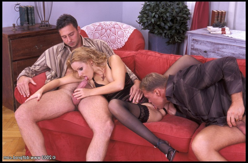 Блондинка в чулках изменяет мужу с его друзьями