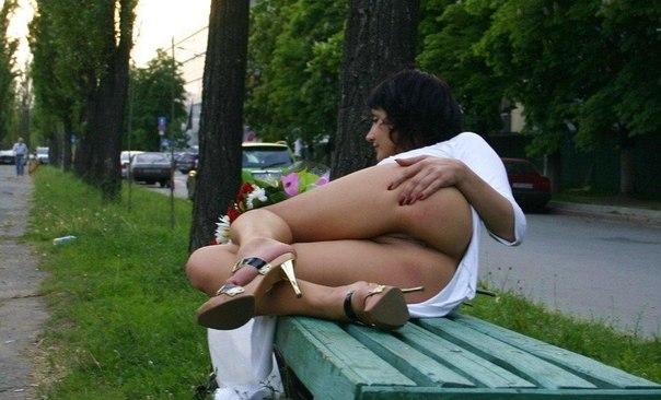 Развратные мамочки задирают юбочки в самых неожиданных местах