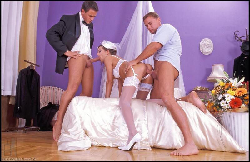 Первый секс молодожён прервал курьер