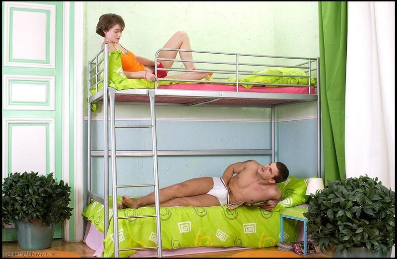 Мастурбирующая девушка и её сосед онанист решили помочь друг другу