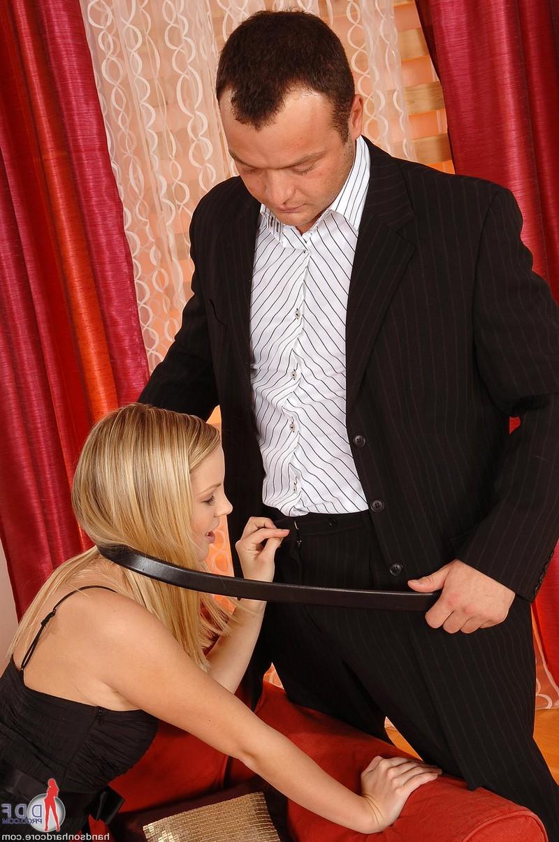 Сексуальная блондинка успокоила ревнивую жену своего любовника