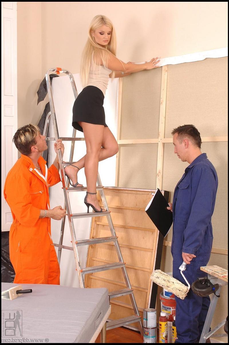 Kassey Krystal стимулировала рабочих своим телом