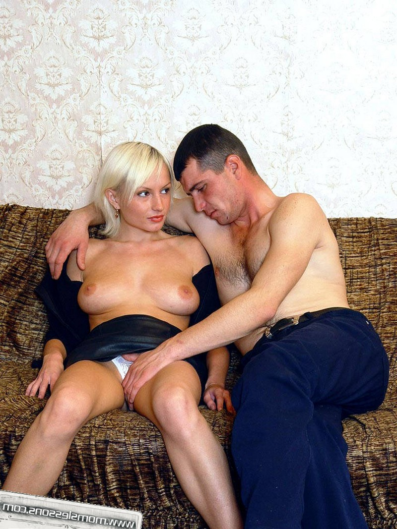 Зрелая дама присоединилась к сексу молодых