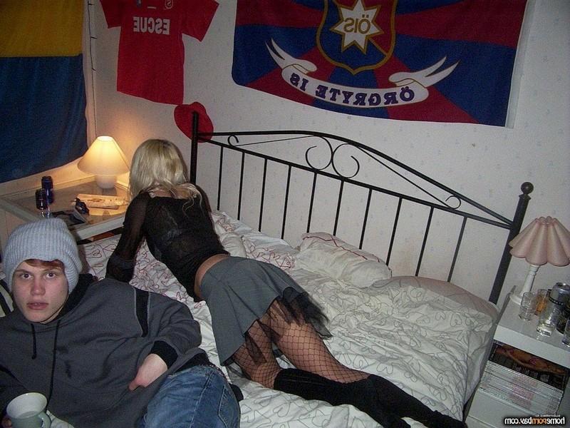 Пьяная блондинка позирует и раздевается на камеру