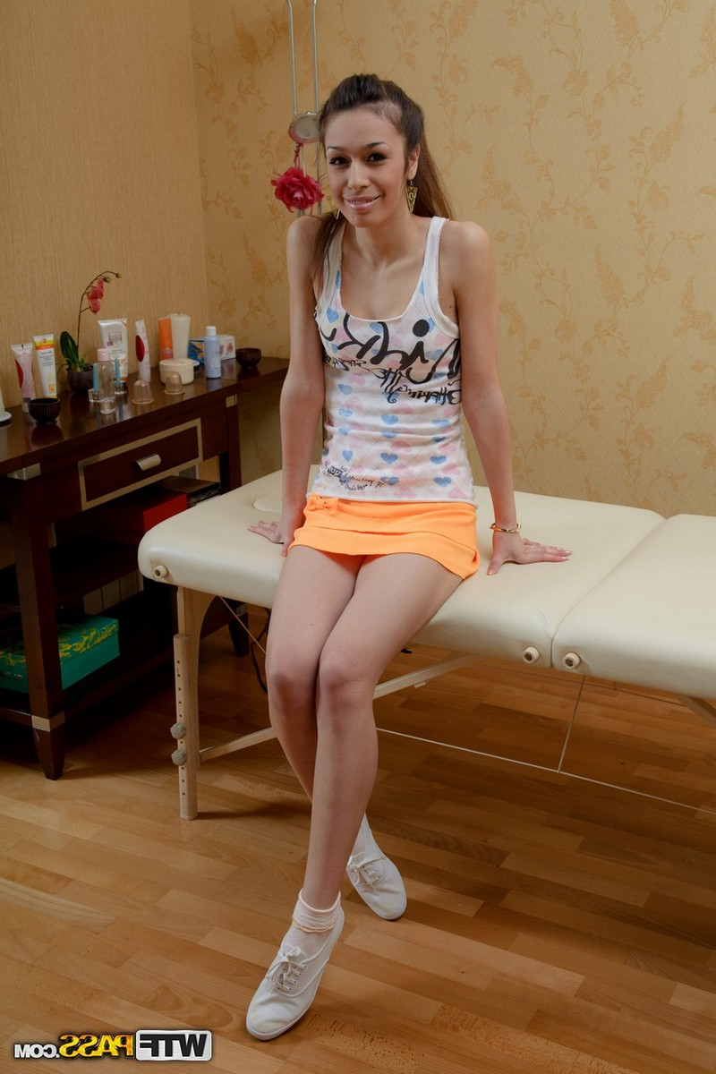 Раздвинула ножки перед массажистом