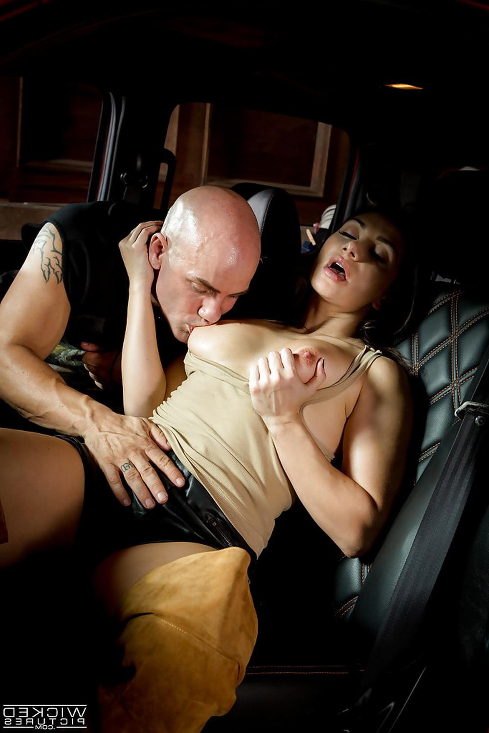 Lea Lexis отдалась любовнику в машине