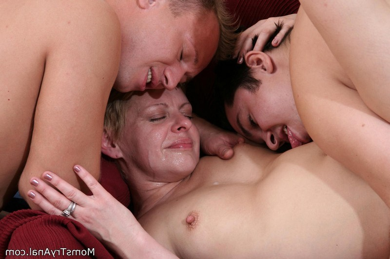 Похотливая мамаша дала двум парням