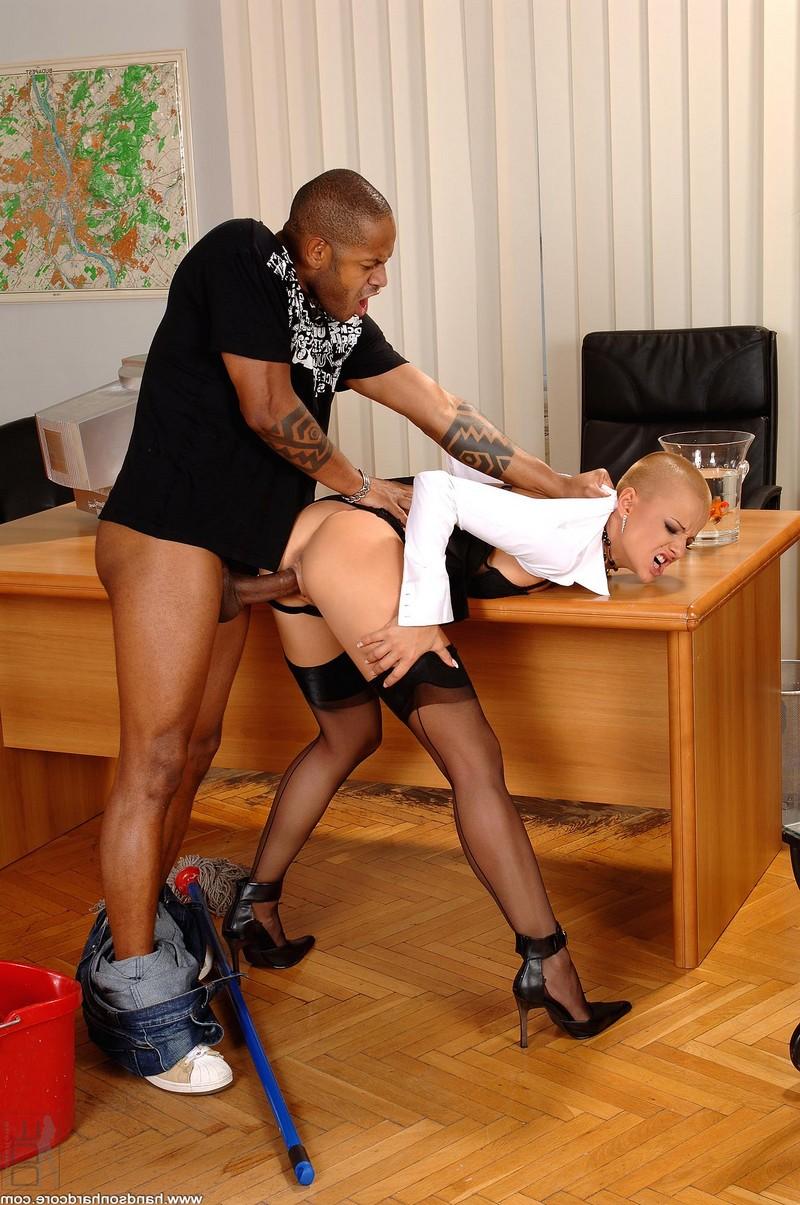 Сексуальная секретарша отдалась чёрному уборщику