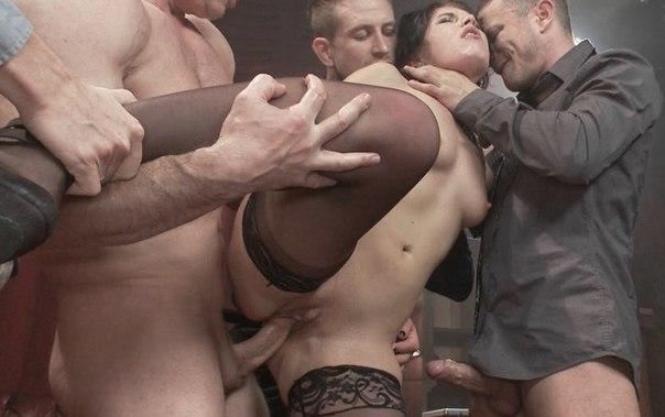 Распутницы оргазмируют, наслаждаясь групповушкой