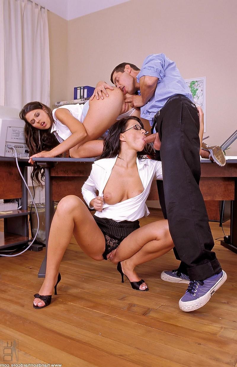 Офисный секс втроём