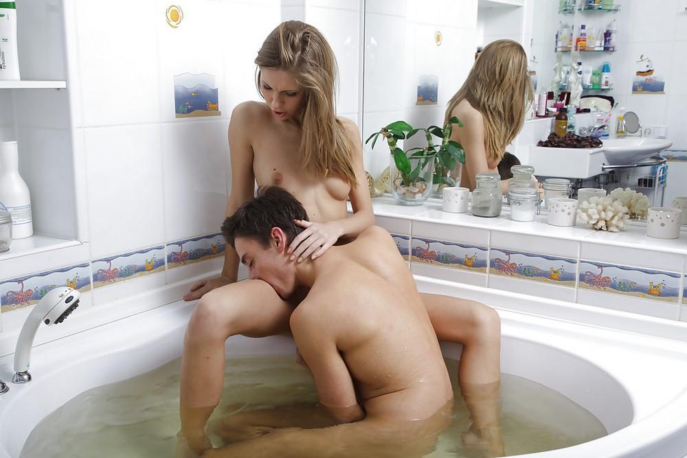 Секс молодых в ванне