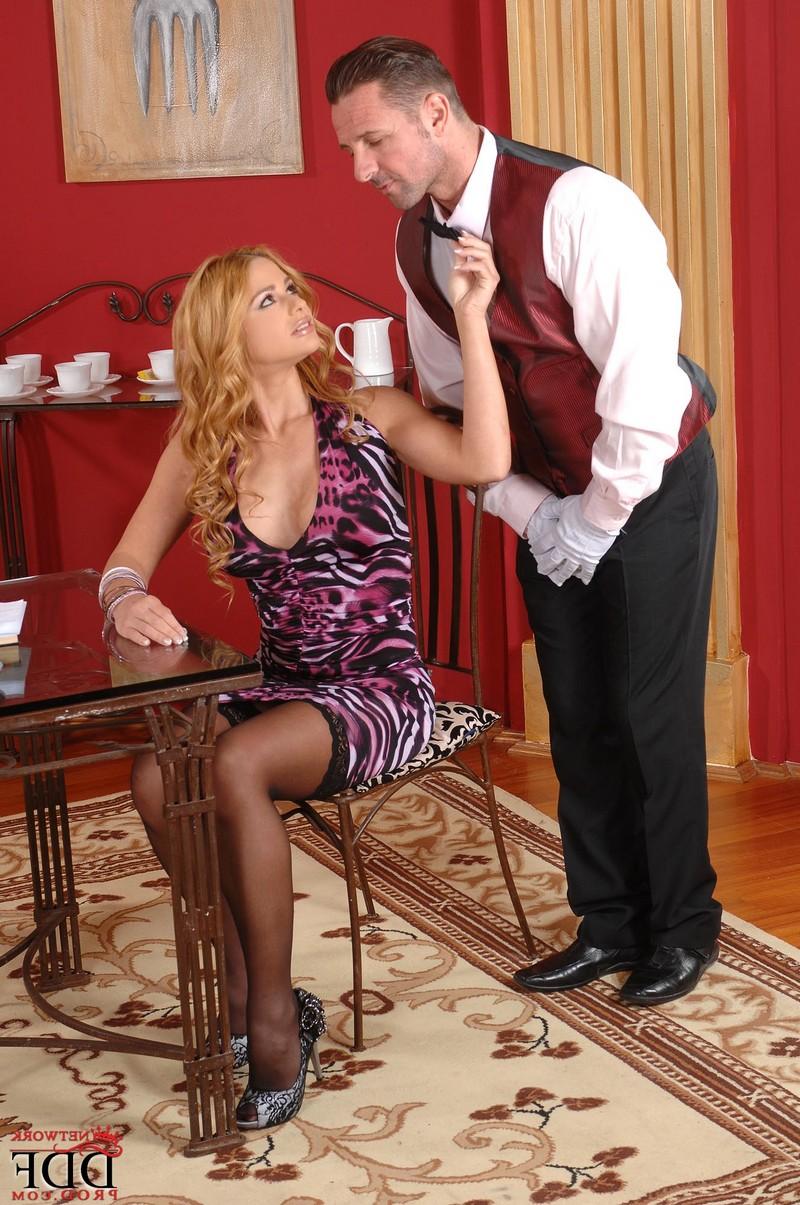 Cathy Heaven заставила официанта отлизать ей