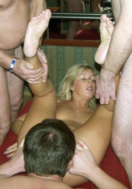Четыре парня трахают девушку во всех позах