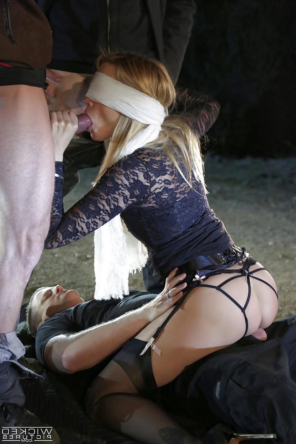 Экстремальный секс на улице с завязанными глазами
