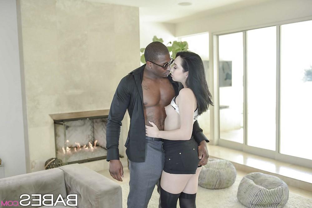 Aria Alexander любит сосать здоровые чёрные члены