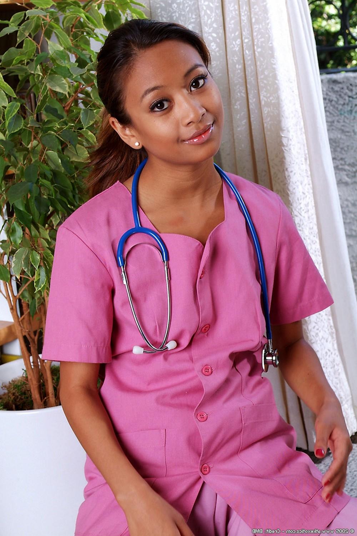 Развратная медсестра сильно хочет трахаться