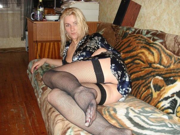 Озорная блондинка соблазняет мужа заняться сексом