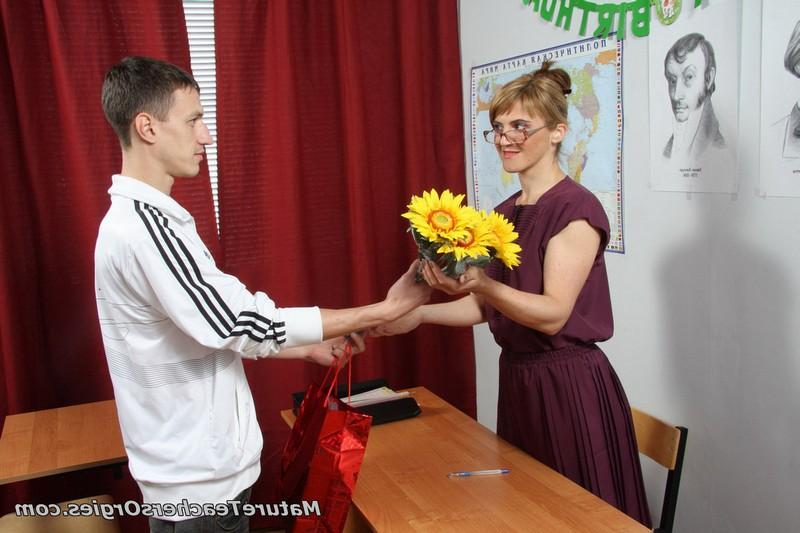 Студент задобрил цветочками и трахнул училку