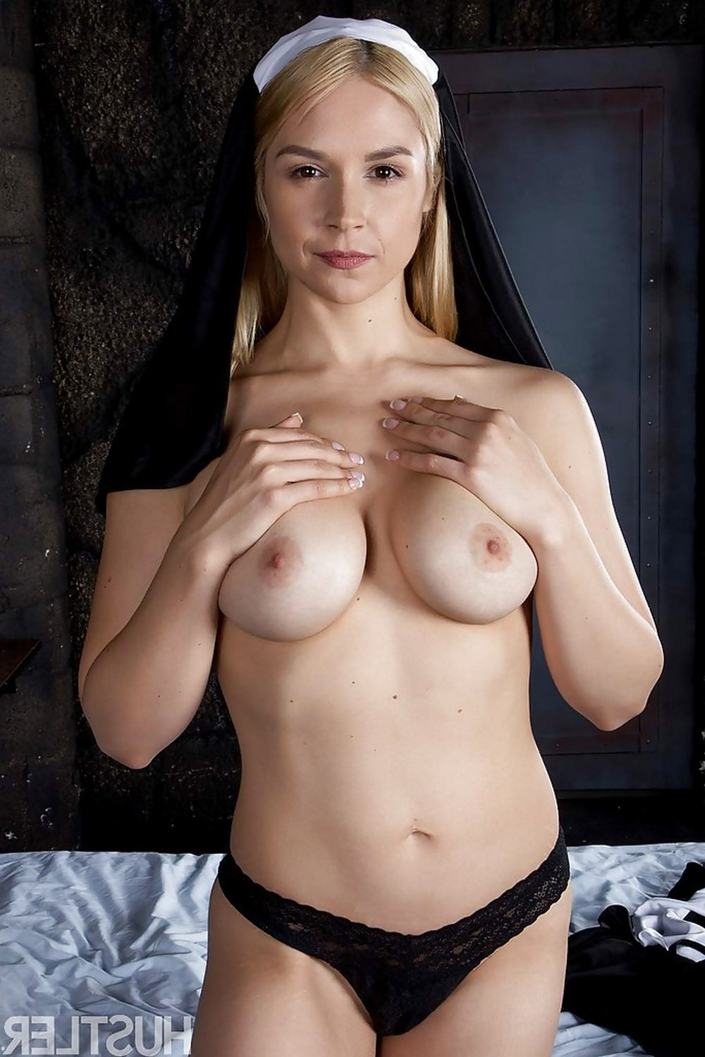 Развратная монашка Sara Sloane ублажает себя, мечтая о сексе