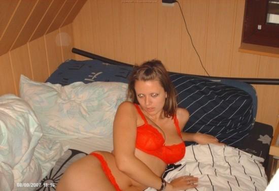 Игривая девушка показывает шикарный комплект нижнего белья