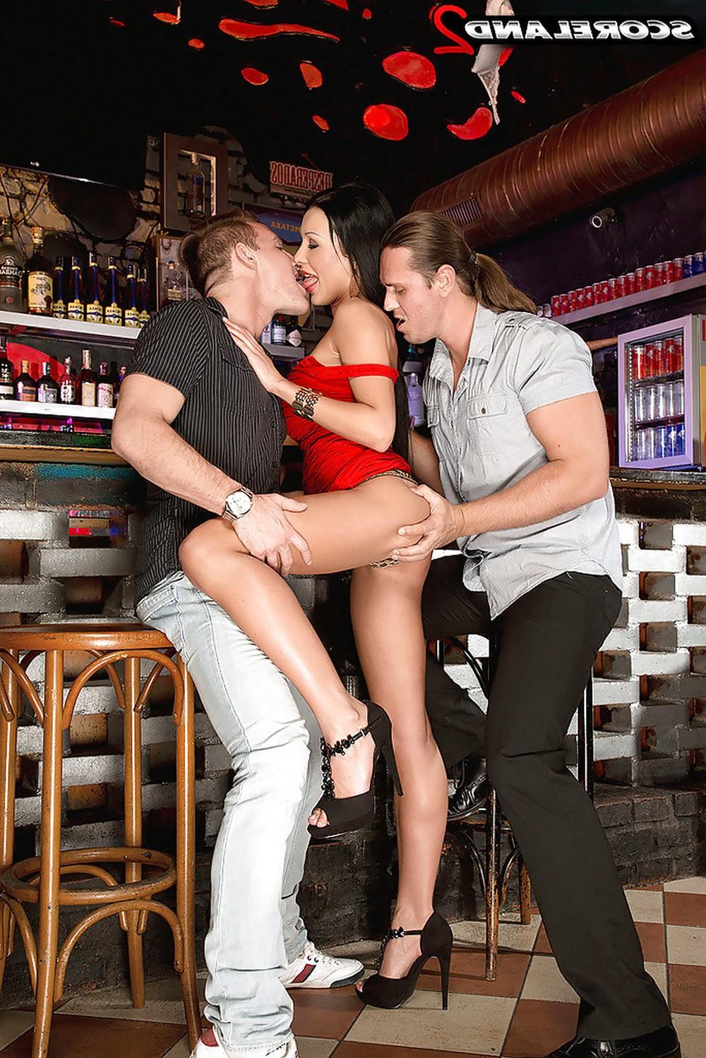 Patty Michova отдалась незнакомцам в баре