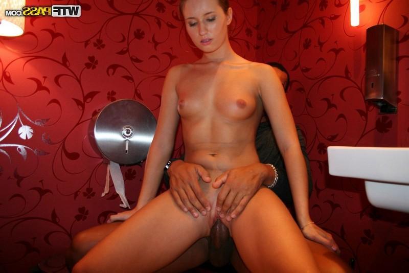Негр трахнул русскую мокрощёлку в туалете