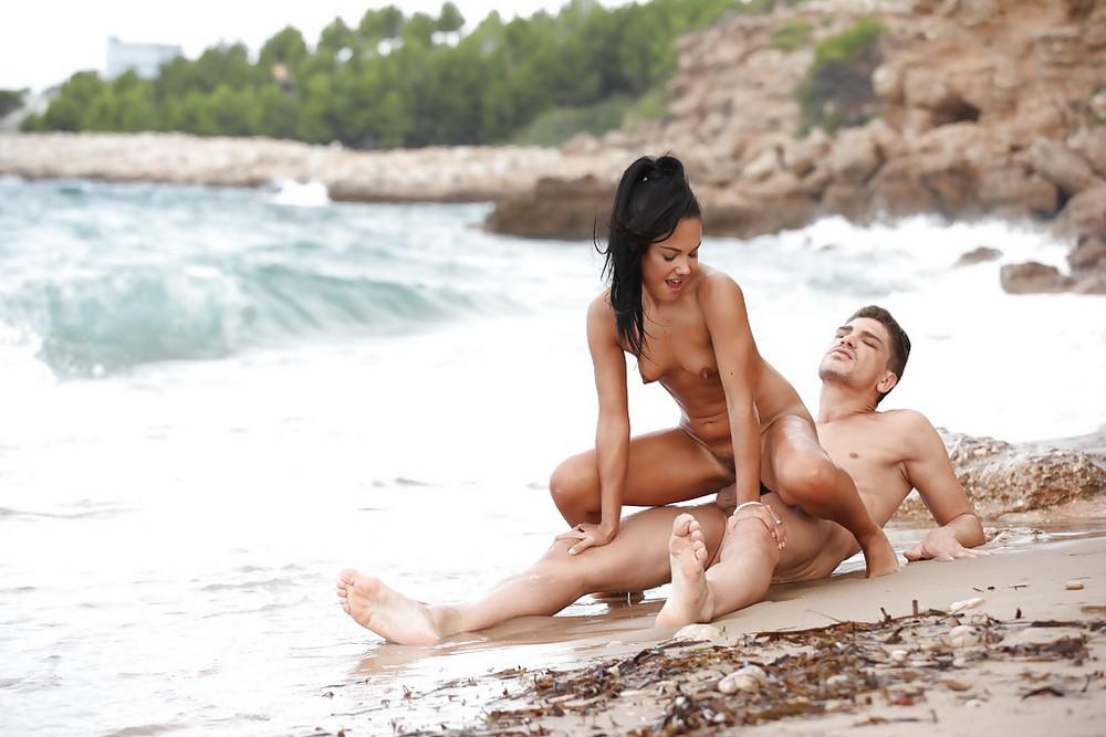 Страстный секс на пляже