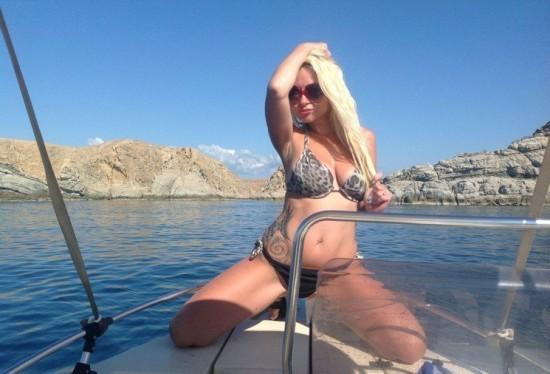 Пышногрудая блондиночка развлекается на катере