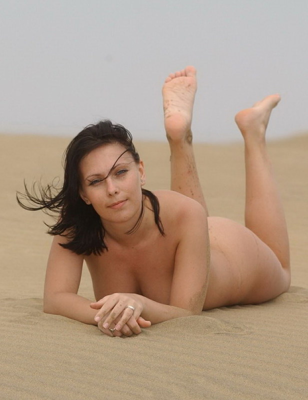 Отпускница релаксирует на пляже полностью обнаженной