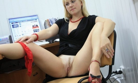 Девушка-менеджер балуется прямо в офисе