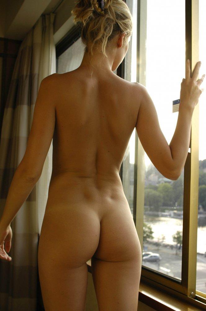 Девицы дразнят голыми задницами