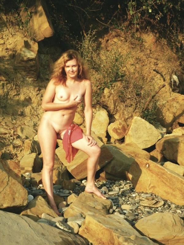 Дамочка без комплексов озорничает, обнажаясь во время отдыха