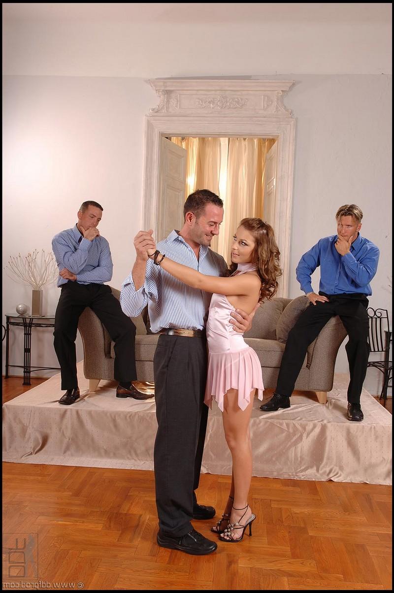 Училку танцев Jennifer Love пустили по кругу