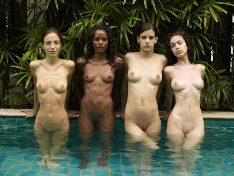 Подружки наслаждаются купанием в бассейне голышом