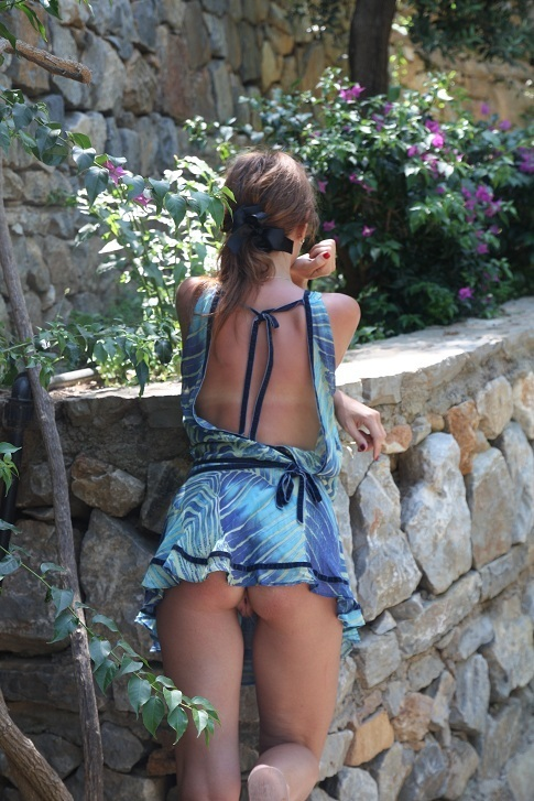 Туристка соблазняет знакомого заняться сексом во время экскурсии