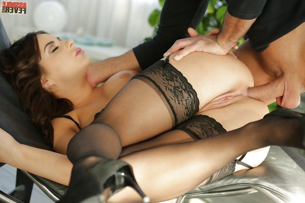 Nikki Waine любит анальный секс