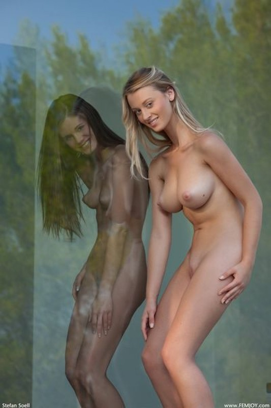 Голые девицы позируют друг перед другом