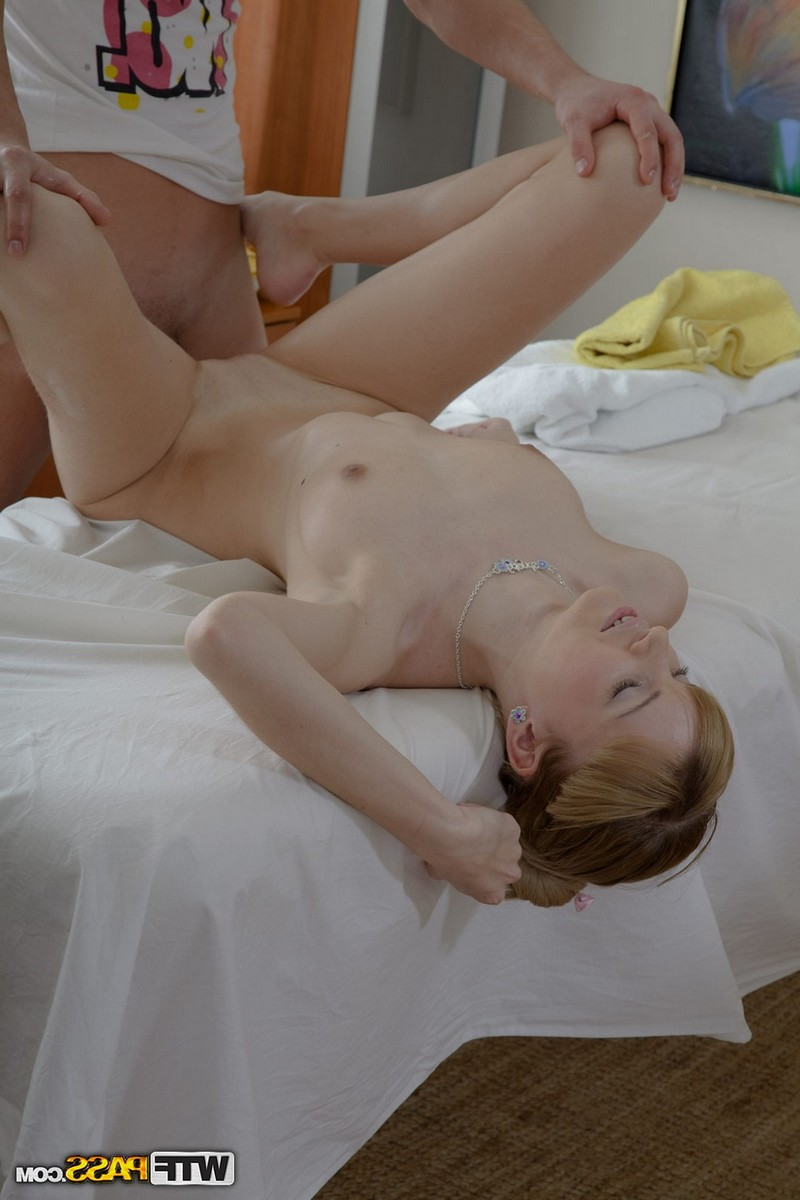 Массажист всё же уломал на секс неприступную худышку