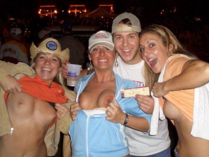 Подружки отрываются на буйных вечеринках, засвечивая сиськи