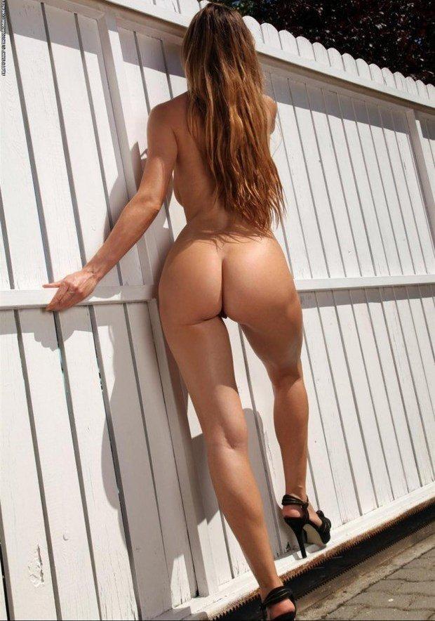 Бабенки выставляют голые жопы, приглашая трахаться
