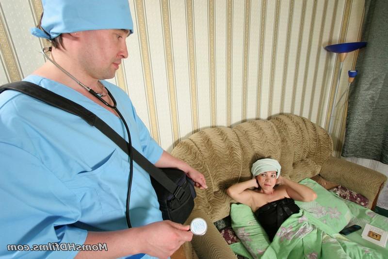 Доктор трахнул зрелую пациентку