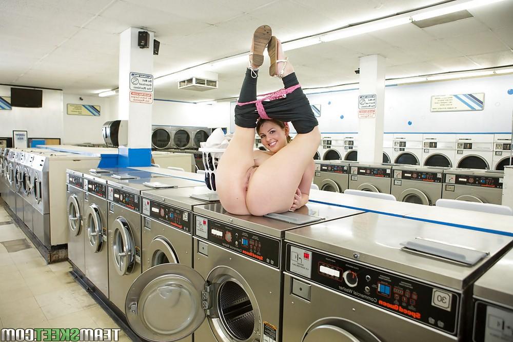 Домохозяйка Cali Hayes раздевается в прачечной