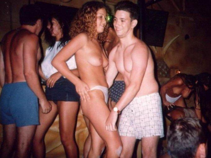 Пьяненькие девчонки разделись в клубе