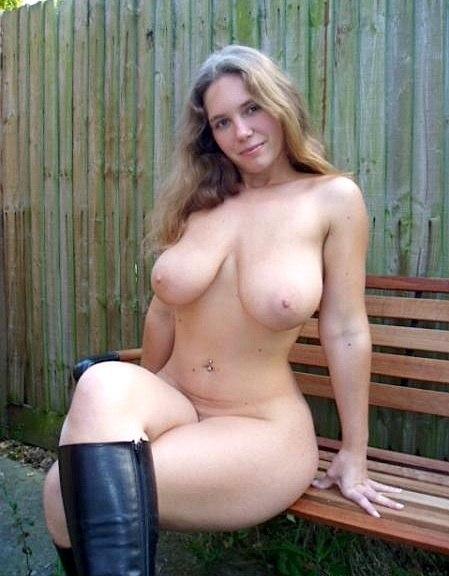 Сексуальные дамы ходят голышом по даче и садовому участку