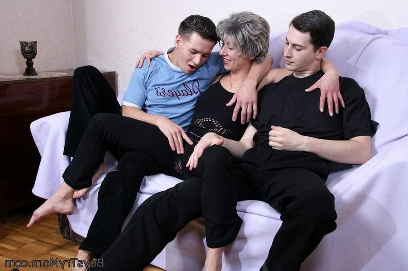 Развратная русская баба с молодыми трахарями