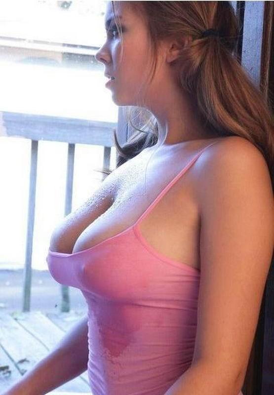 Красавицы засветились с голой грудью