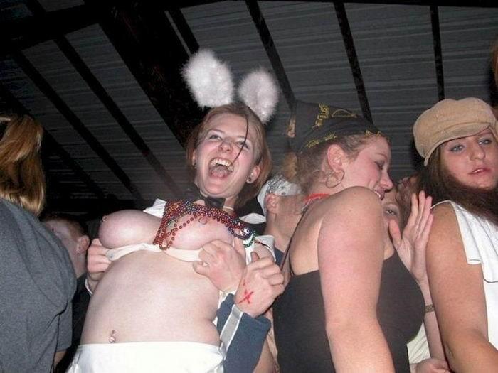 Полуголые танцовщицы развлекают посетителей клуба