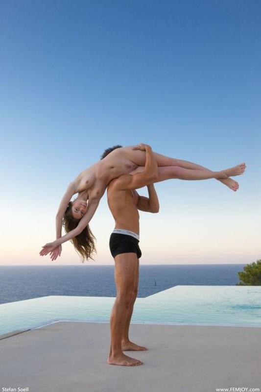Сексуальные танцоры показали свой номер голышом